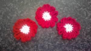 Häkelblumen zum Aufnähen in rot und weiß