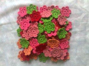 Viele Häkelblumen altrosa, rosa, rot, grün, orange